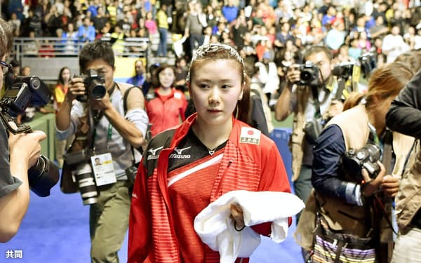女子シングルス3位決定戦で敗れ、引き揚げる福原愛選手(10日、リオデジャネイロ)=共同