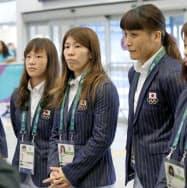 リオデジャネイロの国際空港に到着し、取材に応じるレスリング女子の(左から)登坂絵莉、吉田沙保里、伊調馨(11日)=共同