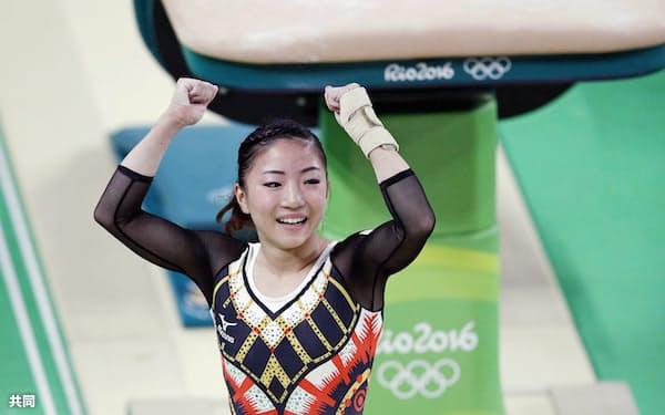 女子個人総合決勝で跳馬を終え、ガッツポーズする寺本(リオデジャネイロ)=共同
