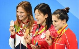 女子200メートル平泳ぎで金メダルを獲得した金藤選手(中央)=写真 柏原敬樹