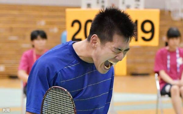 男子シングルスで優勝を決め、ガッツポーズする富岡・ふたば未来学園の山沢直貴(12日、ジップアリーナ岡山)=共同