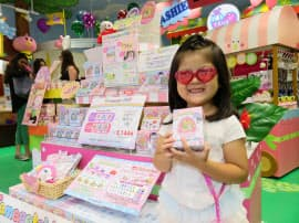 「たまごっちデパート原宿」で新製品を手に取る女の子(東京都渋谷区)