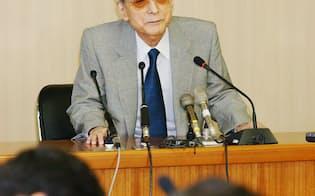 社長交代を発表する当時の山内任天堂社長(2002年)