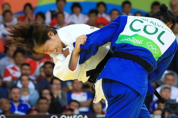 柔道女子70キロ級決勝でコロンビアのジュリ・アルベアル(右)を攻める田知本遥=代表撮影