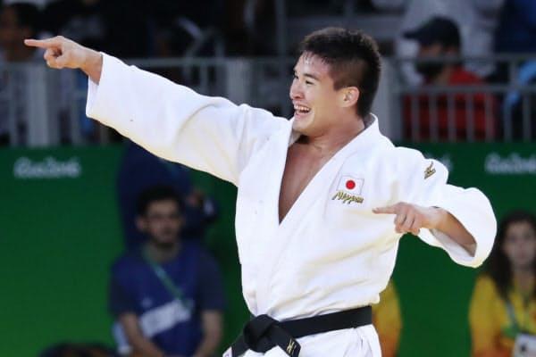 柔道男子90キロ級決勝で、ジョージアの選手を破り金メダルを獲得したベイカー茉秋=写真 玉井良幸