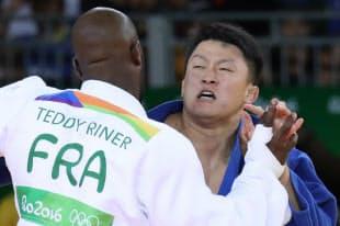 柔道男子100キロ超級決勝でフランスのリネールと対戦する原沢久喜=写真 玉井良幸