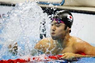競泳男子200メートルバタフライで銀メダルを獲得し、プールの水面をたたく坂井聖人=共同