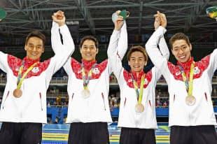 競泳男子800メートルリレーで銅メダルを獲得し喜ぶ(左から)松田丈志、小堀勇気、江原騎士、萩野公介=共同