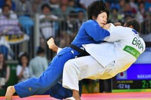 柔道女子52キロ級の3位決定戦で延長戦の末、銅メダルを獲得した中村美里(左)=写真 柏原敬樹