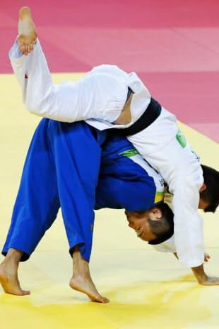 柔道男子66キロ級3位決定戦、カナダ選手(右)を攻める海老沼匡=共同