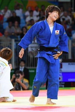 柔道女子48キロ級3位決定戦でモンゴル選手を破り笑顔の近藤亜美=写真 柏原敬樹
