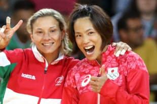 柔道女子57キロ級で銅メダルを獲得した松本薫(右)=写真 玉井良幸