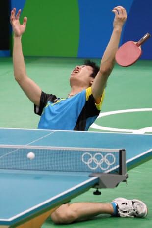 卓球男子シングルス3位決定戦で勝利した水谷隼=写真 玉井良幸