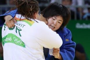 柔道女子78キロ超級3位決定戦で、トルコ選手を攻める山部佳苗=写真 玉井良幸