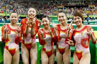 体操女子団体で4位に入賞し笑顔の日本チーム=写真 柏原敬樹