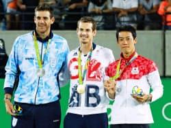 表彰式で並ぶ、(右から)銅メダルの錦織圭、金メダルのA・マリー、銀メダルのデルポトロ(リオデジャネイロ)=共同