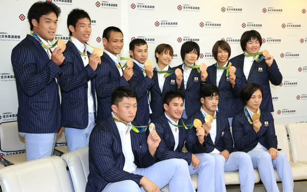 柔道は過去最多となる12個のメダルを獲得した(15日午後、成田空港)