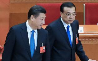 習近平国家主席(左)は、経済の司令塔であるはずの李克強首相から主導権を奪う構え(3月、北京)=小高顕記者撮影