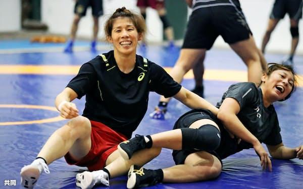 吉田(左)はチームの顔。体育館の外に響く元気な声で練習を引っ張っている=共同