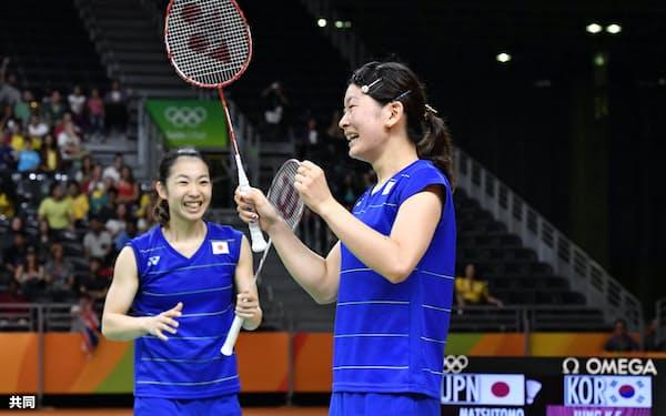 女子ダブルス準決勝 韓国組に勝利し喜ぶ高橋(右)、松友組(16日、リオデジャネイロ)=共同