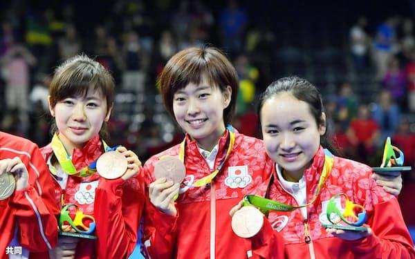 団体で銅メダルを獲得。笑顔の(左から)福原、石川、伊藤=共同
