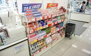 旅行者に人気の商品を固めて陳列する「トモズ東池袋店(東京・豊島)」