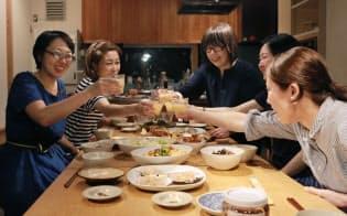 食事を共にする施設「okatteにしおぎ」に集まったメンバーからビジネスが生まれた(東京都杉並区)
