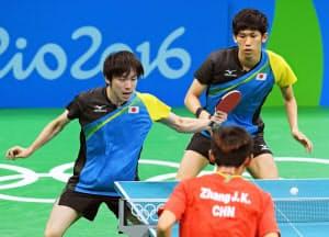 日本―中国 第3試合でプレーする丹羽(左)、吉村組(リオデジャネイロ)=共同
