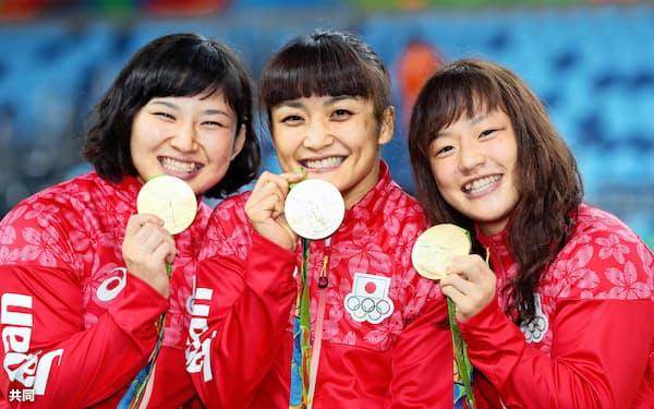 金メダルを手に笑顔を見せる(左から)土性、伊調、登坂=共同