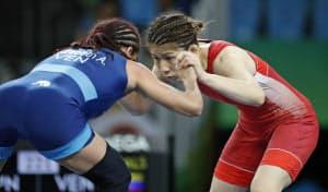 女子53キロ級準決勝 ベネズエラ選手(左)と対戦する吉田沙保里(リオデジャネイロ)=共同