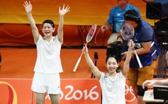 バドミントン女子ダブルス決勝でデンマーク組に勝利した高橋(左)、松友組=写真 玉井良幸