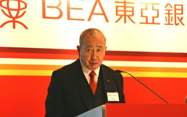 記者会見する東亜銀行の李国宝・会長兼最高経営責任者(CEO)