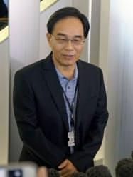 堺市のシャープ本社で記者団の取材に応じる戴正呉社長(22日午前)=共同
