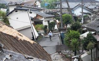 熊本地震で倒壊した家屋(24日、熊本県益城町)