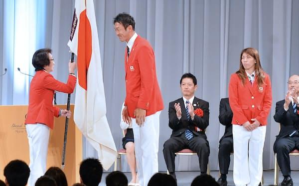 リオ五輪日本選手団の解団式で団旗を返還した旗手の右代選手(中央、8月25日、東京都港区)=写真 伊藤航