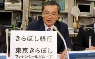 合併後の新行名を発表する東京TYフィナンシャルグループの味岡桂三社長(26日午後、日銀本店)