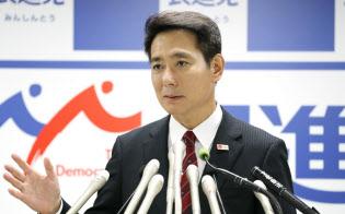 記者会見で出馬表明する前原誠司氏(8月26日午後、民進党本部)