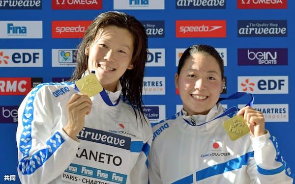 競泳W杯女子200メートル平泳ぎで優勝した金藤理絵(左)と3位の高橋美帆(27日、シャルトル)=共同
