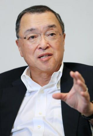 インタビューに答える自民党の宮沢税調会長(29日、東京・永田町)