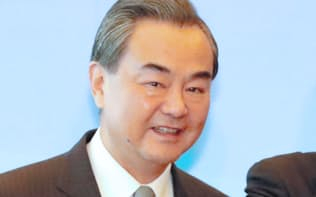 日中韓外相会談の冒頭、撮影に応じる中国の王毅外相(8月24日、東京都港区の飯倉公館)