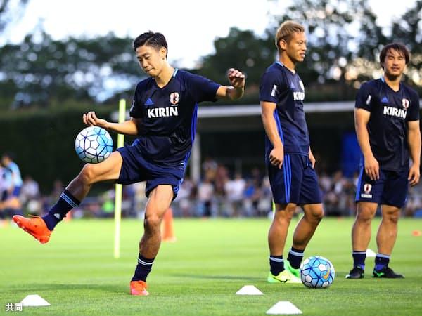 日本代表の(左から)香川、本田、岡崎。過去の予選もすいすい勝ち上がったことはない=共同
