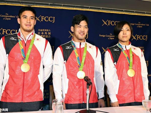 リオ五輪の柔道で金メダルを獲得し、日本外国特派員協会で記者会見に臨む(左から)ベイカー茉秋、大野将平、田知本遥(30日、東京・有楽町)=共同
