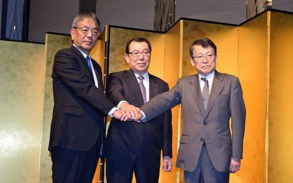 左から東燃ゼネの武藤社長、JXの木村会長、内田社長(31日、東京都内)
