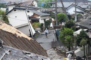 地震で倒壊した家屋(4月24日、熊本県益城町)