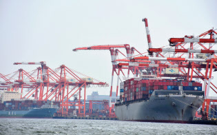 荷動きが振るわず外航コンテナ船市況は低迷している(東京港)