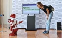 羽田空港での実証実験前のデモンストレーションで、外国人を案内する人型ロボット「EMIEW3」(2日午前)