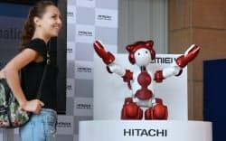 羽田空港での実証実験を前に、案内の実演をする人型ロボット「EMIEW3」(2日午前)
