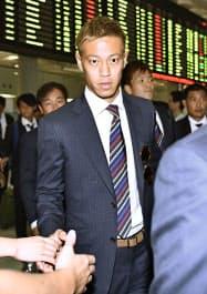 タイ戦のため、バンコクに到着した本田(2日)=共同