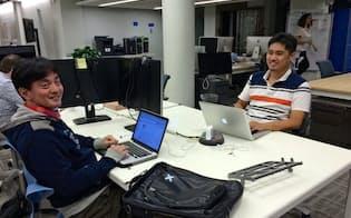 山田社長(左)は多くの時間を米国で過ごし、サービス向上に注力する。