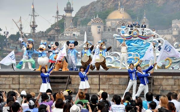 東京ディズニーシーの15周年セレモニーで、ダンスを披露するミッキーマウスら(4日、千葉県浦安市)=共同